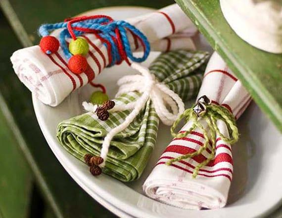 servietten weihnachtlich falten mit farbigen garnfäden