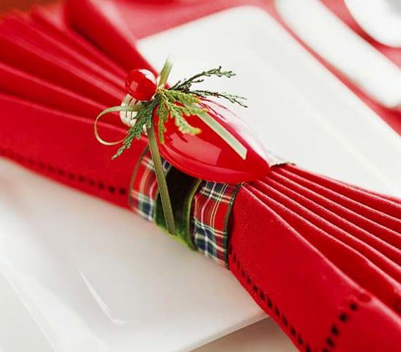 harmonika-servietten weihnachlich falten mit diy serviettenring aus karierter schleife und rotem weihnachtskugel