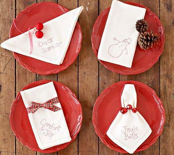 servietten falten weihnachten_coole ideen für weihnachtliche tischdeko mit weißen servietten