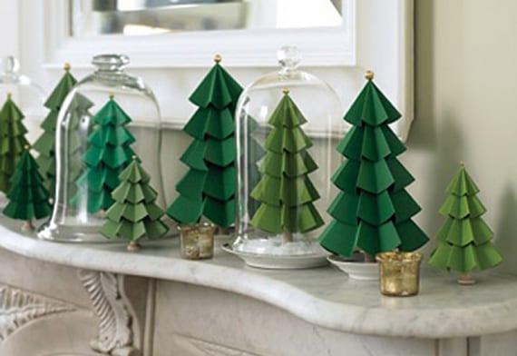 kamin und sideboard dekorieren mit selbstgemachten Papier-Tannenbäumen unter Glasglocken