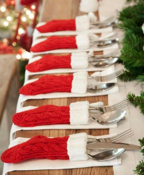 tisch decken zu weihnachten mit diy bestecktaschen aus gestrickten weihnachtssocken