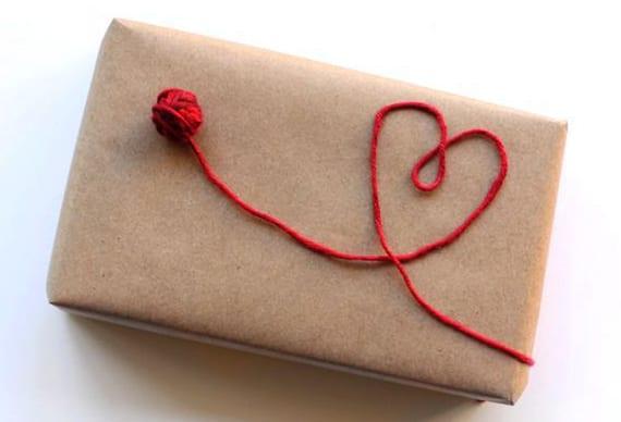 ausgefallenen geschenkverpackung mit packpapier und rotem Garnfaden