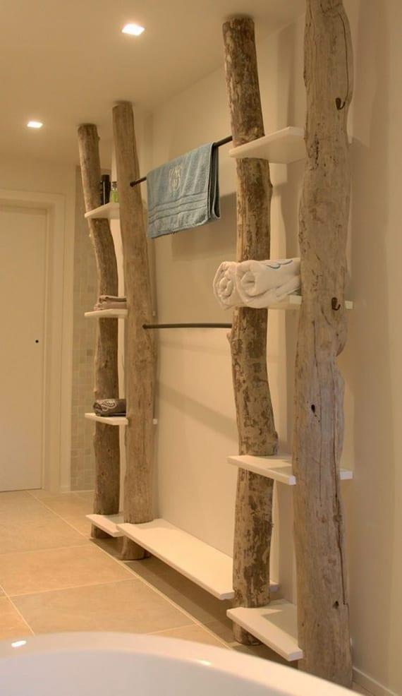 moderner hochregal fürs bad selber bauen aus rundholz, weißen holzbrettern und metallstäben