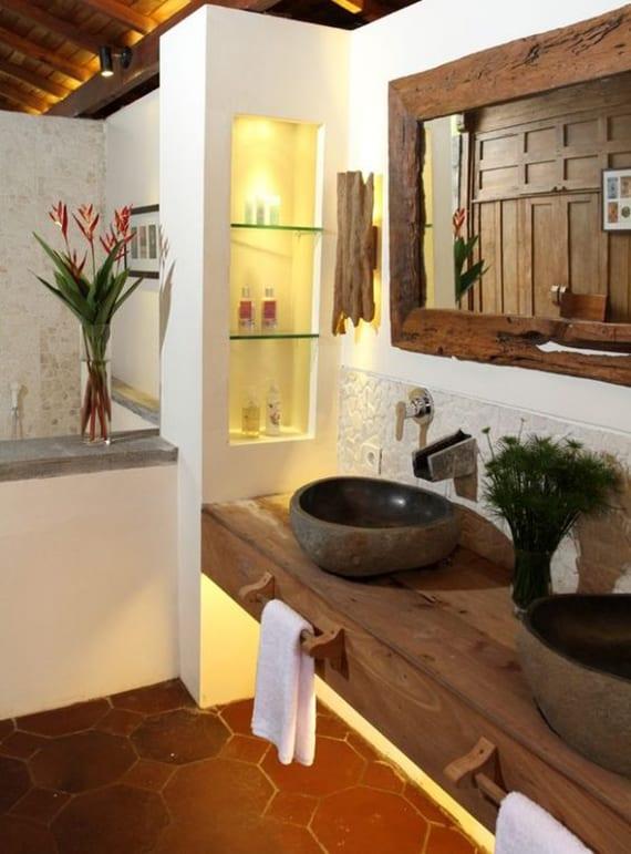 luxusbad im rustikalen stil mit Holzwaschtisch, runden Stein-Waschbecken, wandspiegel in holzrahmen und diy wandleuchten aus holz