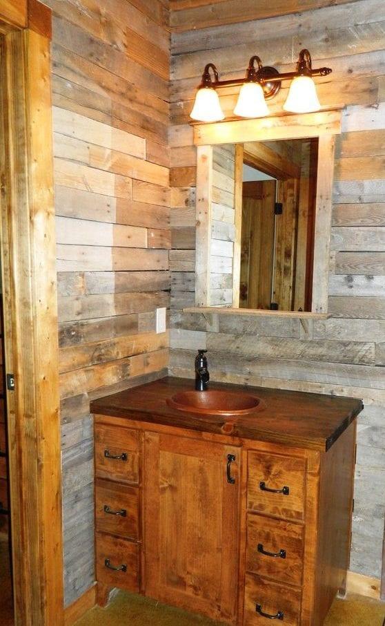 kleines bad in rustikalem stil mit holzwaschtischschrank, diy spiegelrahmen aus holz und wandverkleidung aus paetten