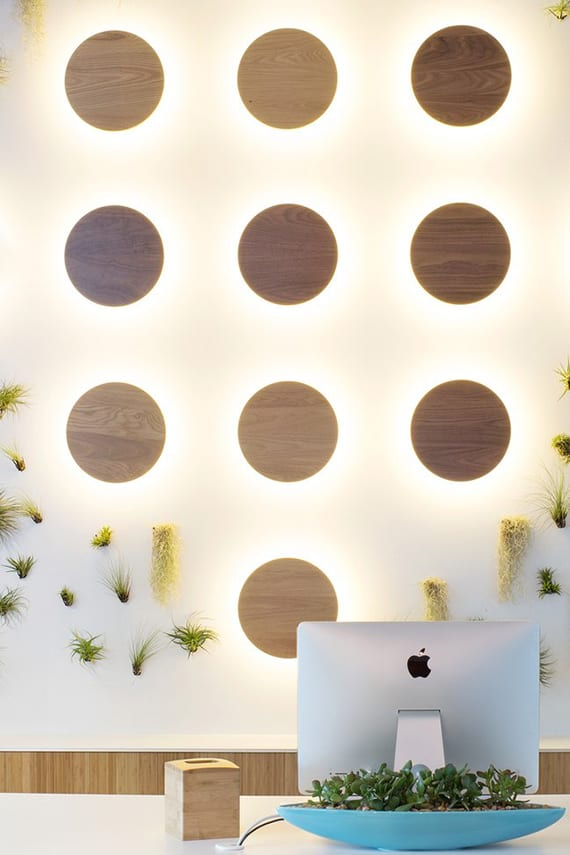 coole raumbeleuchtung und kreative wandgestaltung mit runden wandlampen aus Holz
