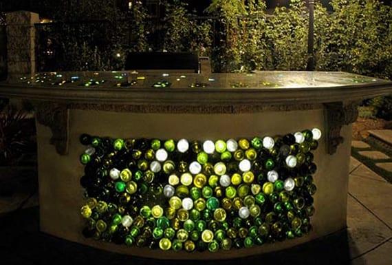 kreative gartengestaltung mit selbstgebautem gartenbar und cooles lichtkonzept mit weinflaschen für den garten