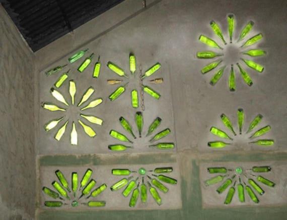 originelles upcycling von glasflaschen als lichtdurchlässige wandekoration und kreative raumbeleuchtung