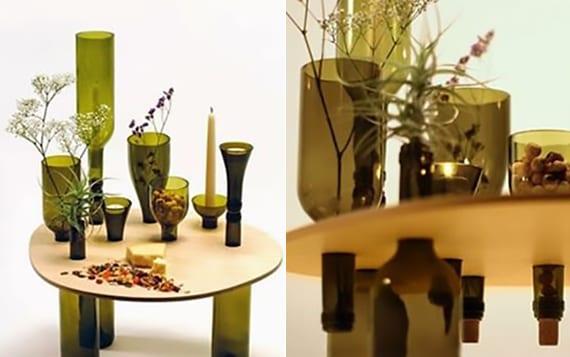 moderner couchtisch holz selber bauen mit weinflaschen als tischfüßen und tischdeko
