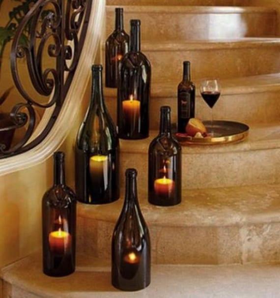 innentrepe romantisch dekorieren mit kerzen und weinflaschen aus dunklem glas
