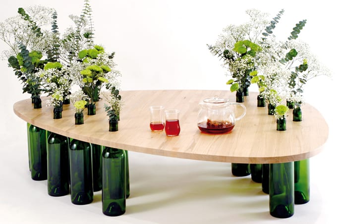 cooles upcycling von weinflaschen in vasen und kreatives basteln von DIY Holzcouchtisch