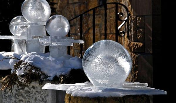 einzigartige winter dekoideen mit DIY Eiskugeln_coole gartengestaltung und bastelideen für DIY gartendeko