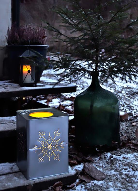 kreative dekoideen für garten im winter mit metall-laterne, DIY laterne aus blechgefäß und kleinem tannenbaum in großer glasflasche grün