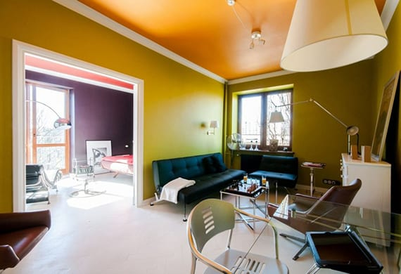 interessante einrichtung wohnzimmer mit schreibtisch glas, schwarzem ledersofa, stehlampen weiß, weißem sideboard holz und weißem holzfußboden
