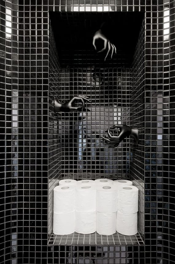 wohnideen für moderne wohnungseinrichtung und raumgestaltung_kleines gäste-wc schwarz mit wandnische und cooler wanddeko mit schwarzen händen