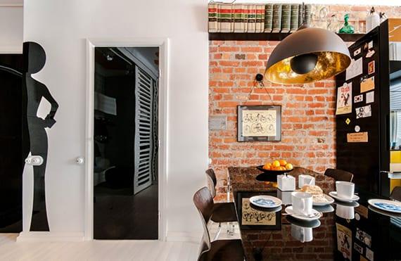 modern wohnen in altbauwohnung mit ziegelwand, schwarzen Glastüren und skandinavischem holzbodenbelag weiß