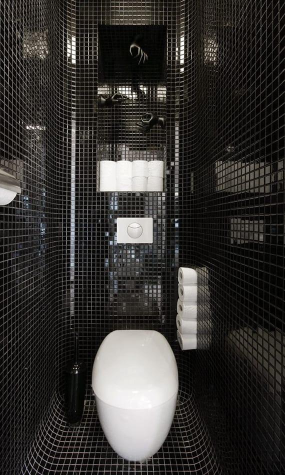 kreative ideen für moderne raumgestaltung kleiner gäste-wc's mit schwarzem mosaik und weißem wand-wc