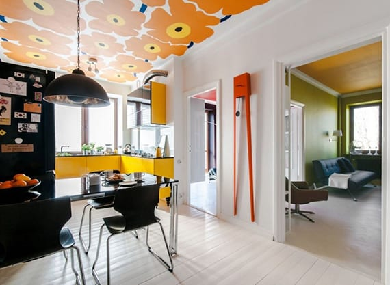 coole ideen für moderne farbgestaltung in weiß, gelb und schwarz_modernes Kücheninterieur und coole deckengestaltung mit tapete
