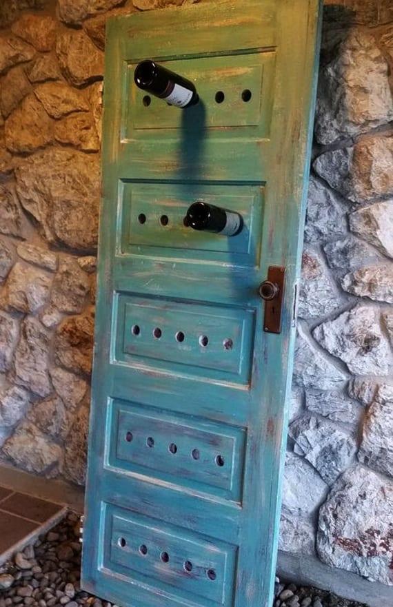 diy weinregal aus holztür in blau gestrichen
