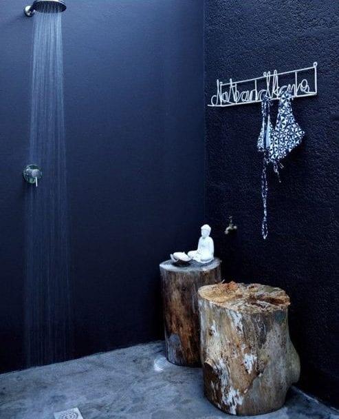 kreative gestaltungsidee mit Baumstämmen für badezimmer mit schwarzen wänden