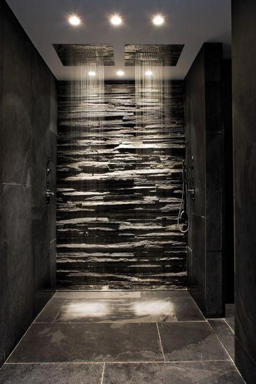 coole badgestaltung idee für luxusbad mit natursteinwand, großformatigen badfliesen schwarz und zwei regenduschen in der decke