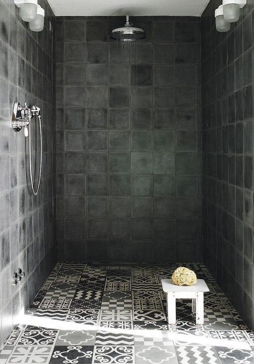interessante bad ideen für moderne und rustikale badgestaltung mit gemusterten badfliesen