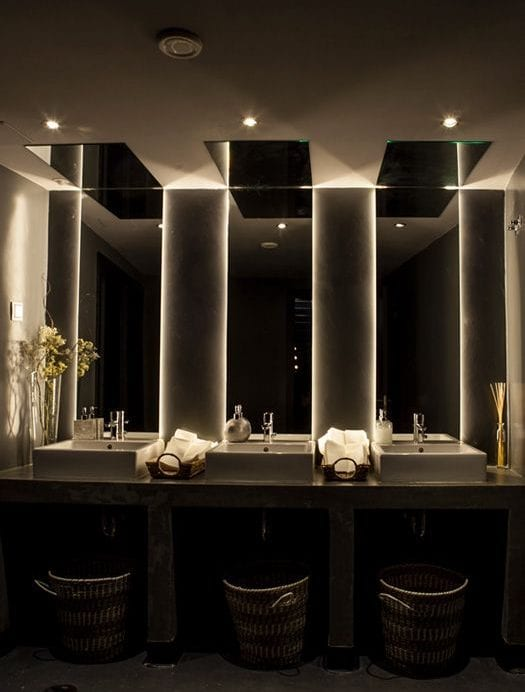 coole ideen und badezimmer bilder für moderne badgestaltung mit spigeln und indirekter beleuchtung