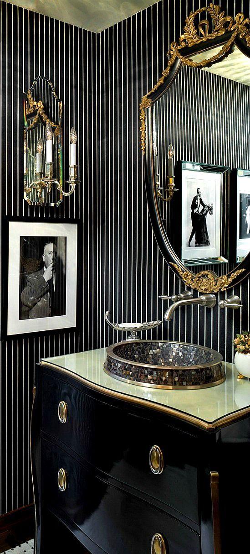 moderne badgestaltung mit tapeten in streifen, holzwaschtischschrank in schwarzlack, goldenem spiegelrahmen