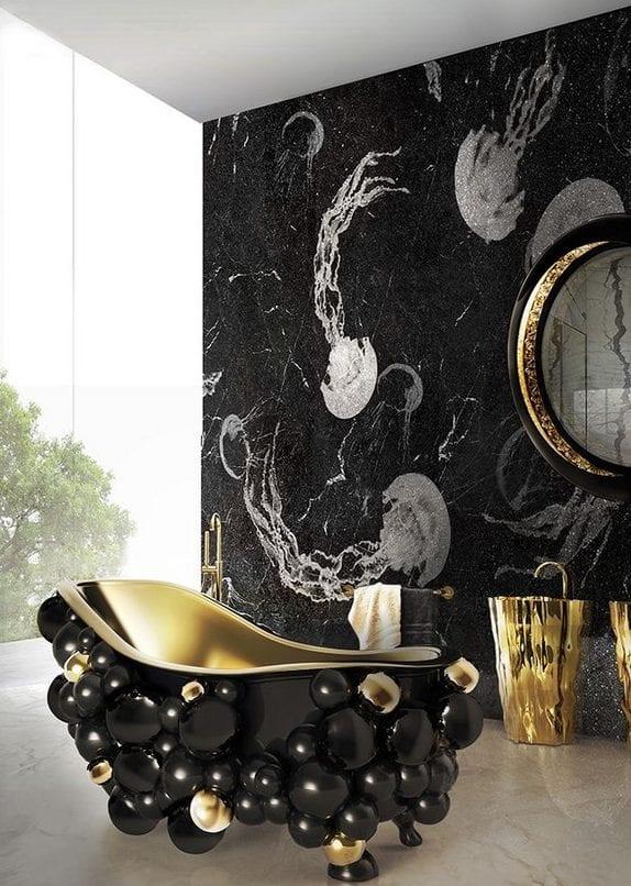 coole badgestaltung für luxusbad mit schwarzem marmorwand, designer badewanne schwarz und rundem waschbecken in gold