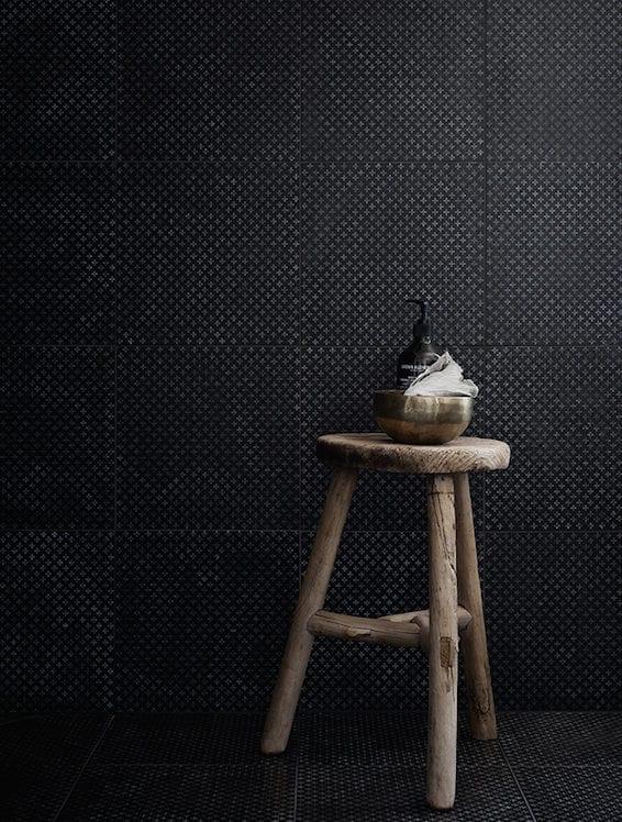moderne badgestaltung mit modernen schwarzen badfliesen mit kleinem kreuzmuster