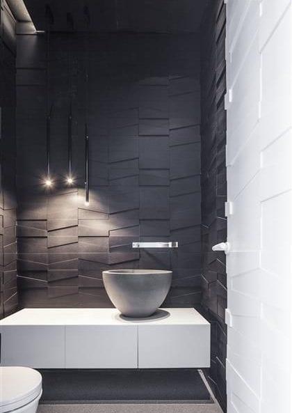 moderne badfliesen in schwarz für moderne badgestaltung in schwarz ud weiß mit weißem waschtischschwank, rundem aufsatzwaschbecken aus beton und designer pendelleuchten schwarz
