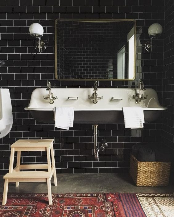 coole gestaltungsideen mit schwarzen badfliesen für modernes bad im industrial stil