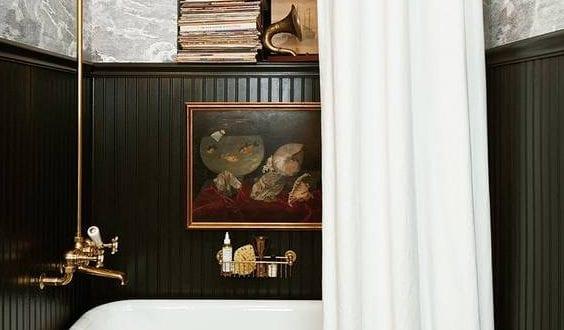 stilvolle und mutige badgestaltung in schwarz mit wandverkleidung aus schwarzen wandpaneelen und. Black Bedroom Furniture Sets. Home Design Ideas