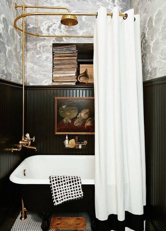 kleines badezimmer modern gestalten im vintage style mit freistehender badewanne schwarz, holwandverkleidung schwarz, wandtapete mit schwarzweißen wolken und badarmaturen in gold