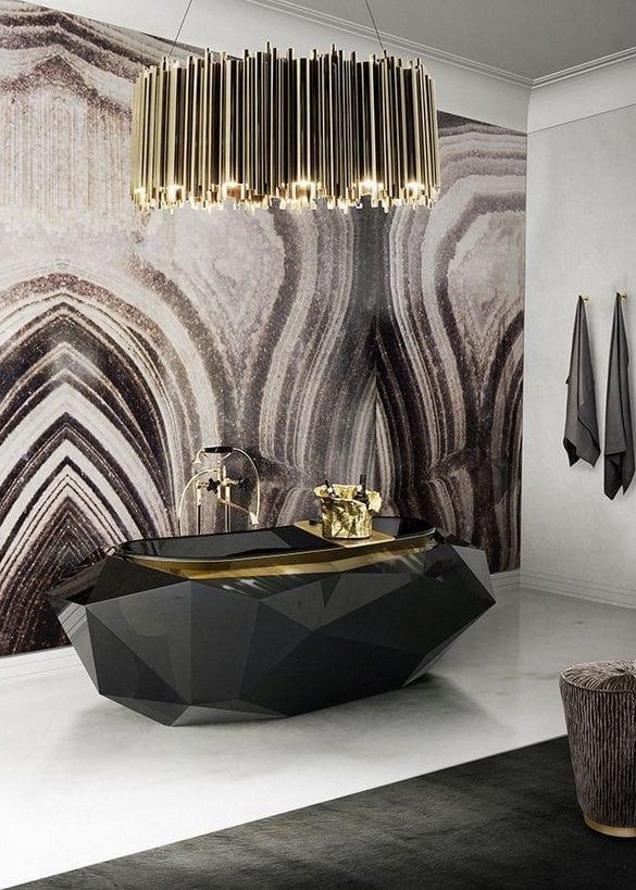 Coole Badezimmer Ideen Für Luxuröse Badgestaltung Mit Schwarzer Badewanne,  Marmorwand Und Pendellampe Gold