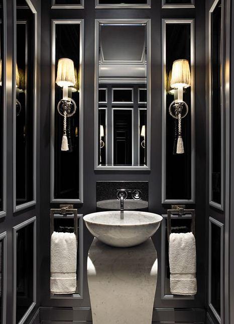 kleines luxusbad gestalten mit wandfarbe grau und schwarzen glasplatten in silbernen spiegelrahmen