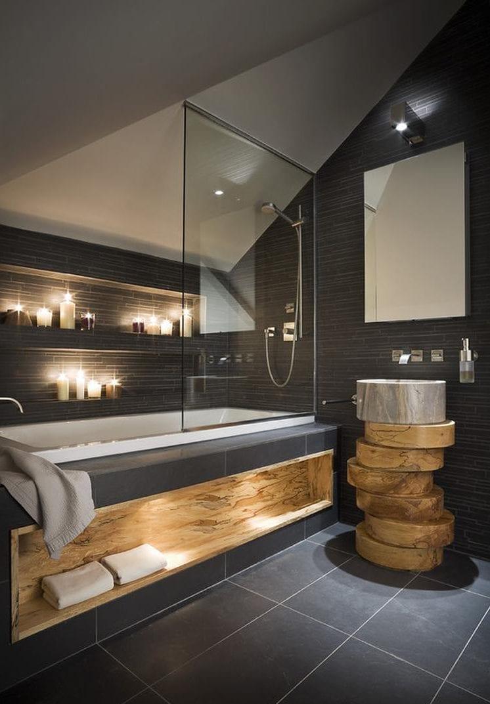 Stilvolle Badgestaltung Mit Schwarzen Badfliesen Für Kleine Und Moderne  Bäder Mit Dachschräge Und Horizontalen Wandnischen