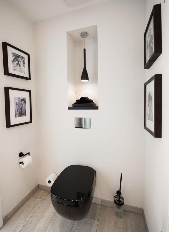 kreative gestaltungsidee für gäste-wc mit weißen wänden, wand-wc schwarz, wanddeko mit schwarzen bilderrahmen und schwarzer pendellampe