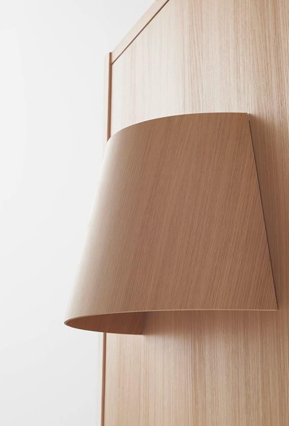 moderne zimmer- und haustür aus holz mit lampe und holzlampenschirm für kreative raumgestaltung und eingangsbeleuchtung