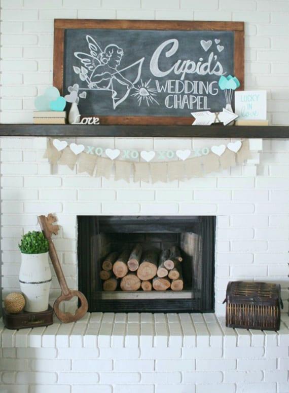 kamin aus weißen ziegeln mit holzregal rustikal dekorieren mit rundhölzern, holzschlüssel, rustikalen dekoartikel und diy schwarztafel