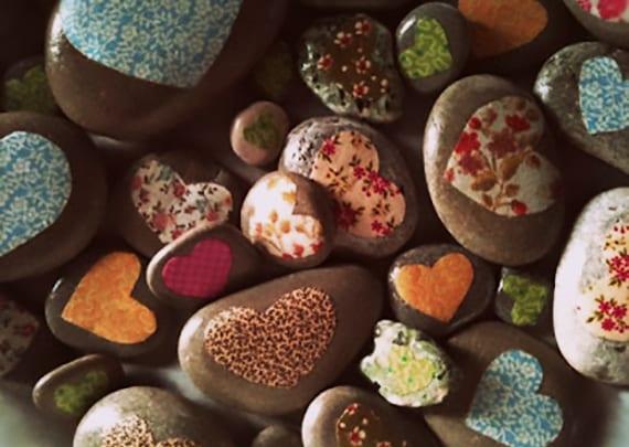 interessante dekoidee mit steinen und herzen für valentinstag
