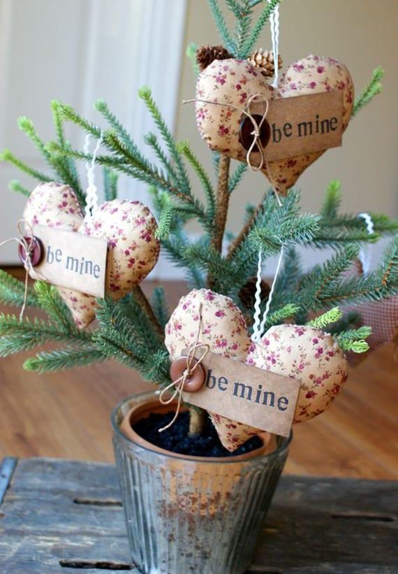 coole idee für originelle dekoration am valentinstag mit diy herzkissen und kleinem tannenbaum im blumentopf