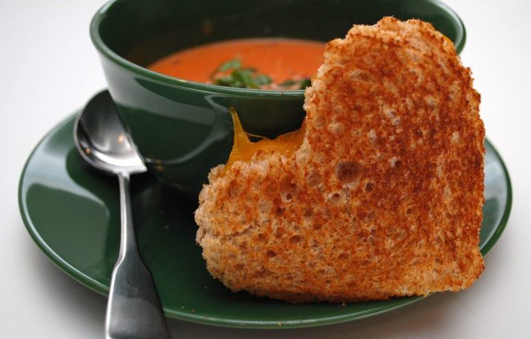 valentinstag rezepte für tomatensuppe mit käsetoast als teil vom valentinstag menü