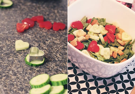 valentinstag rezepte für romantisches essen_salat mit gurken und tomaten in herzform zum valentinstag vorbereiten