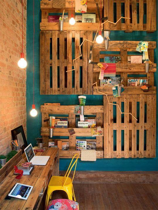 coole idee für modernes interieur mit wandfarbe blau, diy wandregale aus paletten, ziegelwand und diy schreibtisch holz