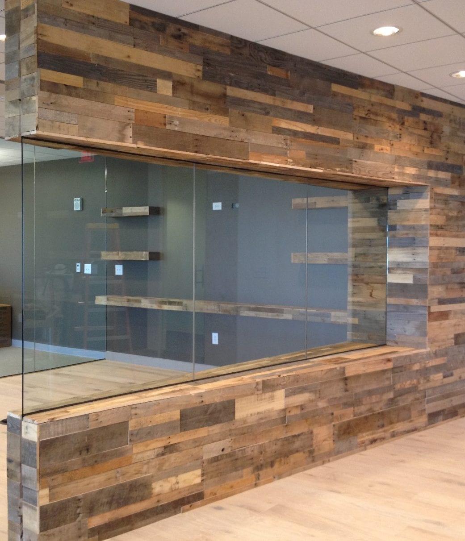 moderne raumgestaltung und raumteilung durch Glaswänden und Bandfenster im Wand mit fensterbank und wandverkleidung aus Paletten