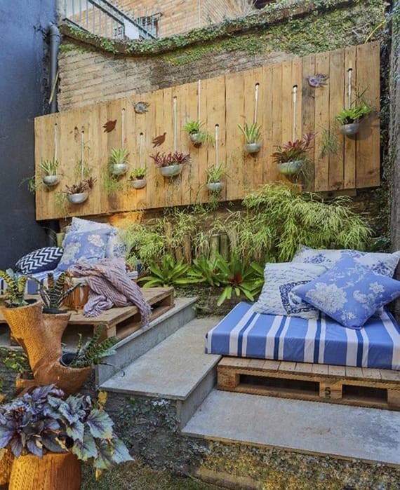 wandgestaltung ideen mit paletten für den garten_kleiner hofgarten cool dekorieren mit vertikalem garten und sitzflechen aus europaletten