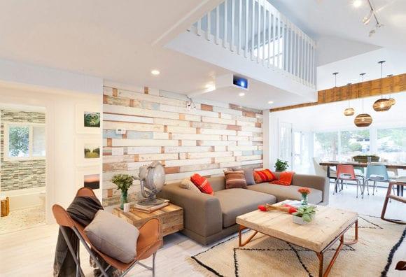 modernes wohnzimmer weiß mit holzwandverkleidung, polstersofa grau, fußbodenbelag weiß und DIY couchtisch und Beistelltisch aus paletten