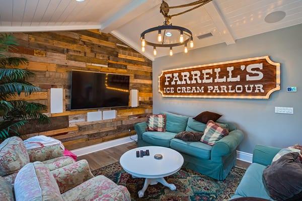 coole einrichtung und farbgestaltung wohnzimmer mit akzentwand aus holz, wandfarbe blau, schrägdach aus holz weiß, vintage lampe metall und blauen sofas mit weißem couchtisch holz