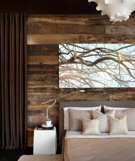 modernes schlafzimmer gestalten mit gardinen und wandfarbe braun, bett mit polsterbettkopfteil grau, moderner pendellampe weiß, bild mit vögel über bett auf akzentwand aus paletten